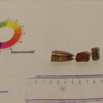 delen van munitie en scherven