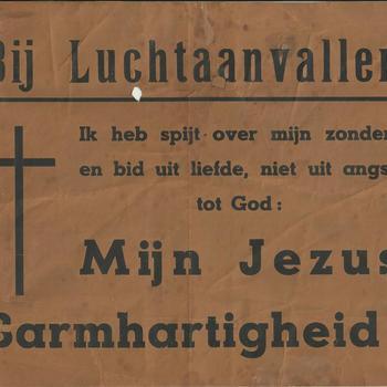 Poster die oproept tot gebed bij luchtaanvallen,