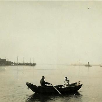 De Rijn bij Millingen, roeiboot