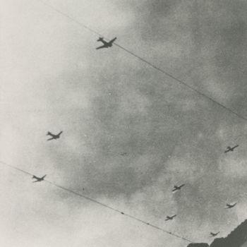 """Foto vanC-47's met Waco CG-4A zweefvlieegtuigen. Tekst achterop: """"17-9-44 C-47's met Wacos op weg naar een LZ tijdens operatie """"Market Garden""""."""