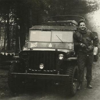 Canadese soldaat naast jeep met tacsigh 865