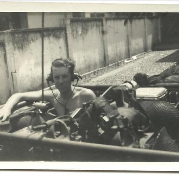 KNIL soldaat in Bren Carrier met koptelefoon en radioapparatuur, Gombong 10 augustus 1947, Nederlands Indië