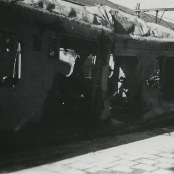 Nijmegen, 22 februari 1944; getroffen electrische trein naast perron