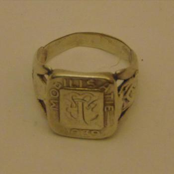 ring gemaakt van zilver met daarop de tekst: Mobilisatie 1939