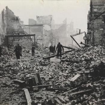 Bombardement Nijmegen; zoeken in puin