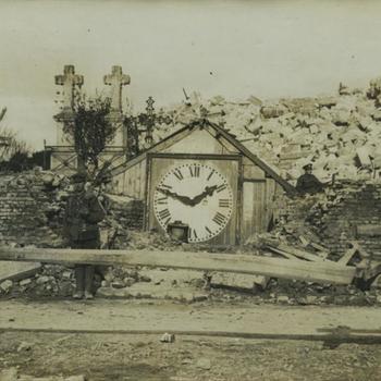 WO I; begraafplaats, kerkklok temidden van puin
