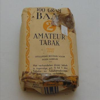 "pakje tabak, 100 gram Baai ""2 "" Amateur tabak oogst 1945"