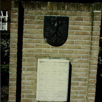 Polen monument te Driel, plaquette rechts van monument