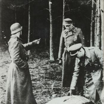 """Duitse militairen (SS) bij gedropte manden met wapens. Tekst achterop: """"Mislukte dropping""""."""