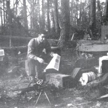 Canadese of Britse miitairen in geïmproviseerd kamp met Bren carrier