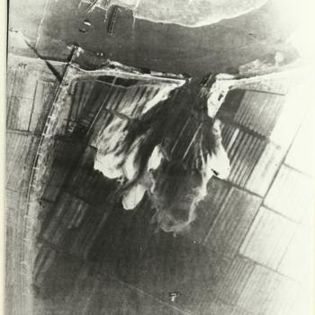 Luchtfoto opgeblazen gat in Rijn dijk bij spoorbrug Arnhem. Inundatie van de Betuwe, operatie Storch, december 1944.