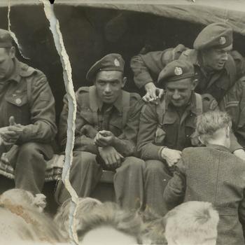 Eerste Canadese militairen op 8 mei in Santpoort-Noord