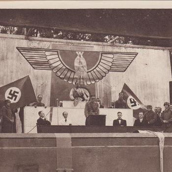 """Fotodruk van de """"de rijksdag 1933"""" t.g.v. de uitvoering het toneelstuk """"Van Tyrannie tot Vrijheid"""" in 1945 te Terborg."""
