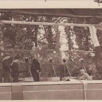 """Fotodruk van de scene voorstellende de graven van gesneuvelde soldaten uit de uitvoering het toneelstuk """"Van Tyrannie tot Vrijheid"""" in 1945 te Terborg."""