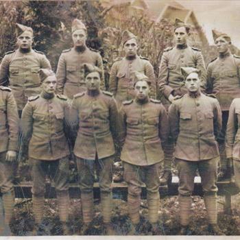 Foto van 10 Nederlandse Soldaten en 1 officier gelegerd op de Grebbeberg