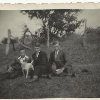 drie jongens buiten met hond