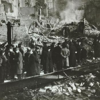 Brandend nijmegen na bombardement, 23 februari 1944