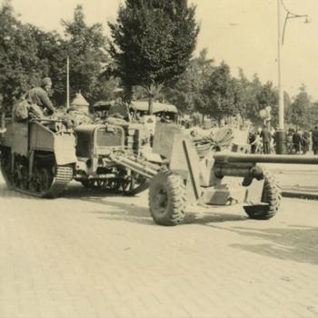 Foto Britse Bren Carrier en 6-ponder anti-tankkanon bij Keizer Karelplein.