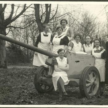 Verpleegsters van Groesbeekse tehuizen op Duits anti tank kanon, 1946