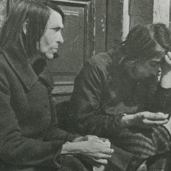 Foto twee vrouwen in de hongerwinter. (Cas Oorthuys).