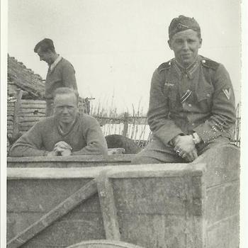 Duitse soldaat en burger op een boeren kar