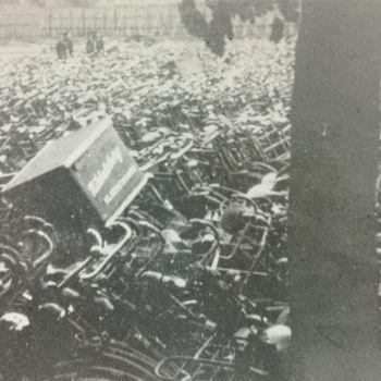 """Foto van verzamelde fietsen.  Tekst achterop: """"fietsenvordering van joden""""."""