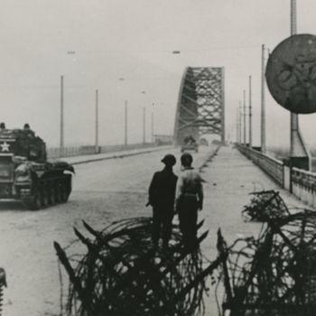 Foto van Britse Cromwell tank en Bren Carrier op Waalbrug te Nijmegen.