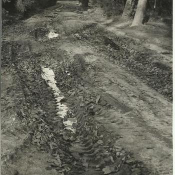 Na de oorlog, Sept. 1944, schade tanks in tuin Erica