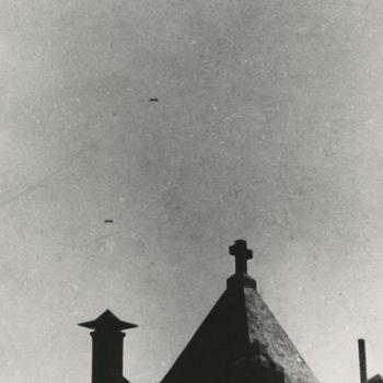 Foto van formatie C-47 Dakota's boven klooster.