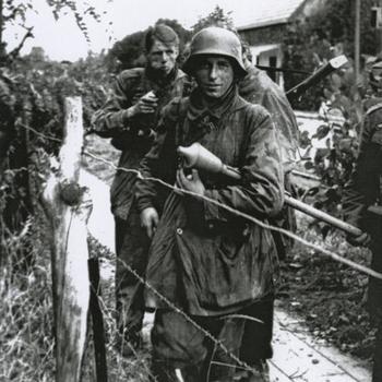3 Duitse militairen in Luftwaffe smock; Faustpatrone