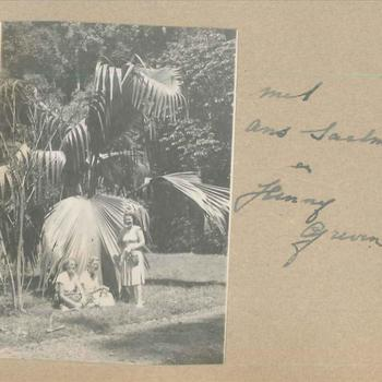 Die vrouwen KNIL in de tuin van een paleis in Nederlands-Indië