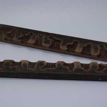 Suikerwerkplank van hout met 7 figuren, o.a. een hond, plant, hut, kip en haan