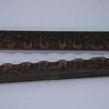 Suikerwerkplank van hout met 7 figuren, o.a. een vogel, plant, hond, kip en mand