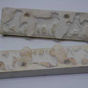 Suikerwerkvorm van gips met 3 figuren: ee man op een kameel, een geit, een schaap met lam