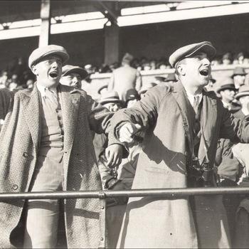 Persfoto Olympische Zomerspelen 1928 Amsterdam, 622 aanhang moedigt aan tijdens voetbalwedstrijd, Algemeen Fotobureau (Ltd.) Amsterdam 1928
