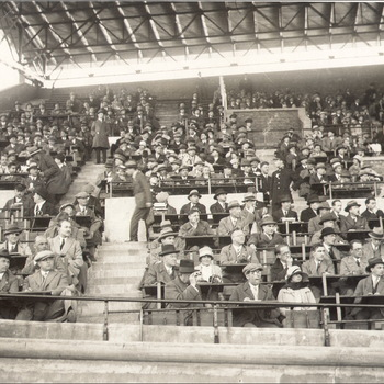 Persfoto Olympische Zomerspelen 1928 Amsterdam, 629 voorzijde perstribune tijdens voetbalwedstrijd, Algemeen Fotobureau (Ltd.) Amsterdam 1928