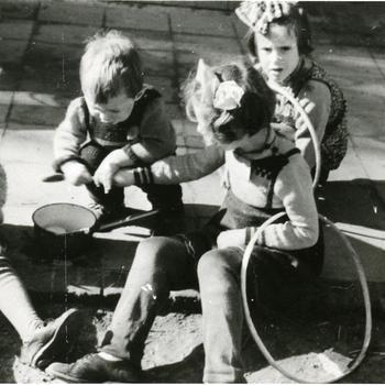 Jonge evacués in het Nederlands Openluchtmuseum, 1944