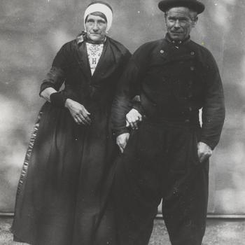Tiementje Snoek-Post en Hessel Snoek in Urker streekdracht, 1913