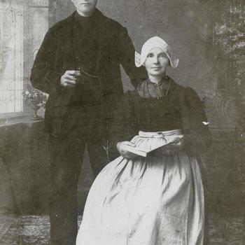 Echtpaar Beekhuizen uit Putten in streekdracht, 1875–1922