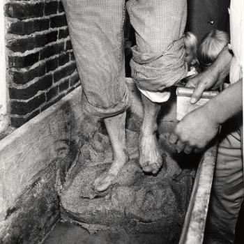 Kneden van deeg tijdens ambachtsdemonstratie op Erve Kots, 1966