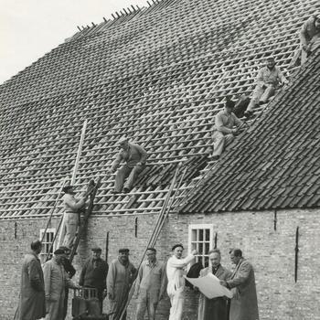 Opbouw boerderij uit Midlum in het Nederlands Openluchtmuseum, circa 1965