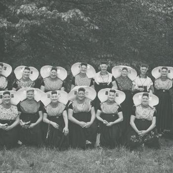 Zeeuwse plattelandsvrouwen in het Nederlands Openluchtmuseum, 1955