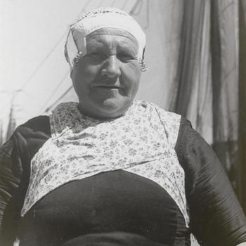 Jannetje Klein uit Elburg in Veluwse dracht, circa 1941