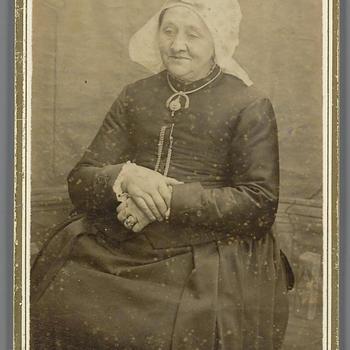 Vrouw in streekdracht uit Etten-Leur, circa 1890