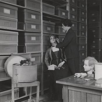 Medewerker afdeling klederdrachten, Nederlands Openluchtmuseum, 1949