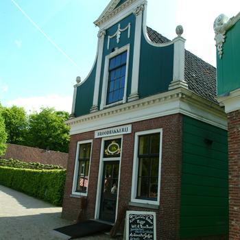 Bakkerij met bakkerswinkel uit de Zaanstreek, 1680 en 1826