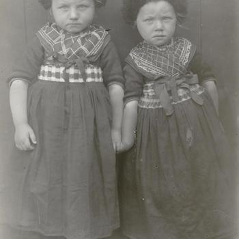Twee meisjes in streekdracht uit Rouveen, circa 1915