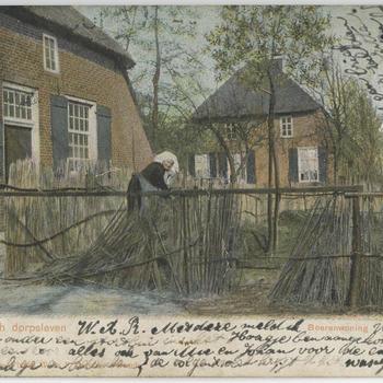 Vrouw in Noord-Brabantse dracht bij een boerderij, 1903