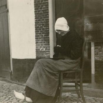 Vrouw uit Elburg in Veluwse streekdracht, 1926