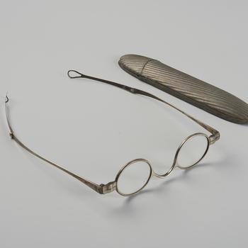 Bril met brillenkoker